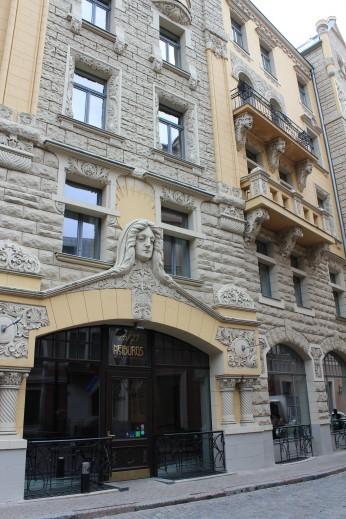 Prédio art nouveau localizado na Jauniela 25/29, Cidade Velha, Riga